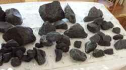 2 Steine davon im AQ Basalt Bruchsteine von http://www.gabione-steinkoerbe.de