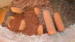 Verschiedene Materialien - Tonscherben verhindern das spätere Absacken des Unterstandes